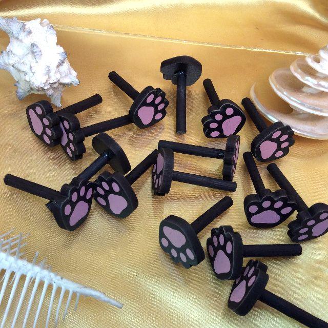 黒色猫型ペグボードに付属の猫の肉球型ペグの画像