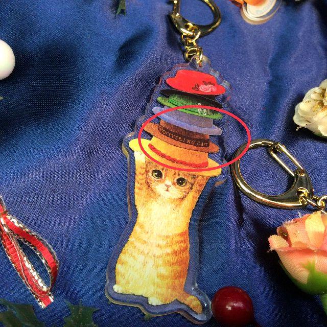 ポタリングキャットアクリルキーホルダートラ猫の帽子飾りの赤色の部分のクローズアップ画像