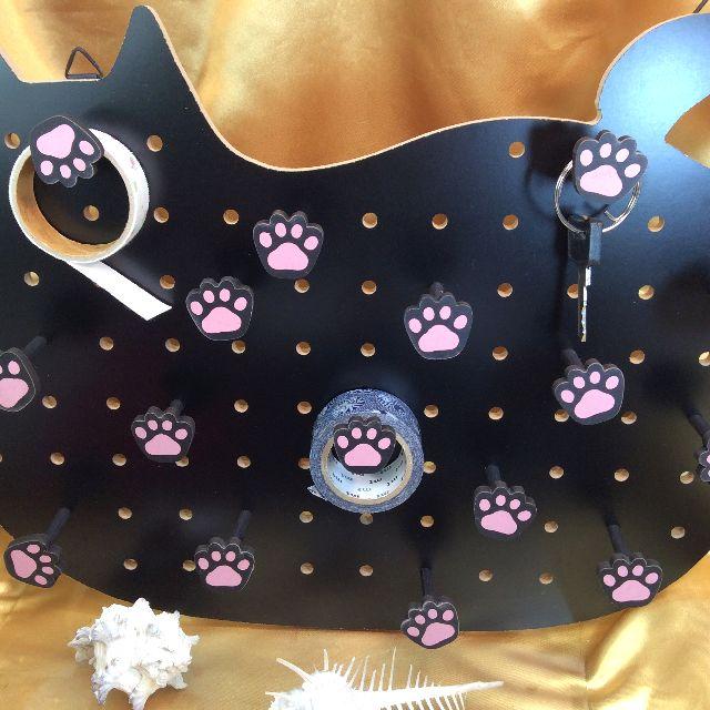 黒色猫型ペグボードに付属の肉球ペグを全部付けた画像