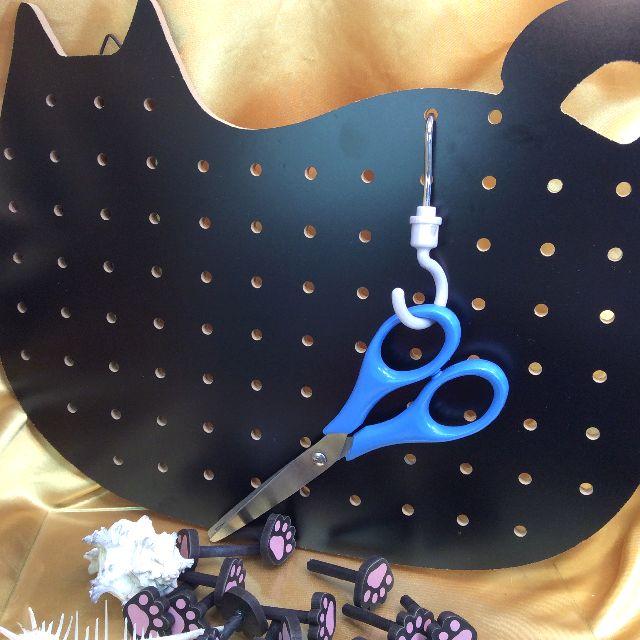 黒色猫型ペグボードに市販のペグを付けた画像
