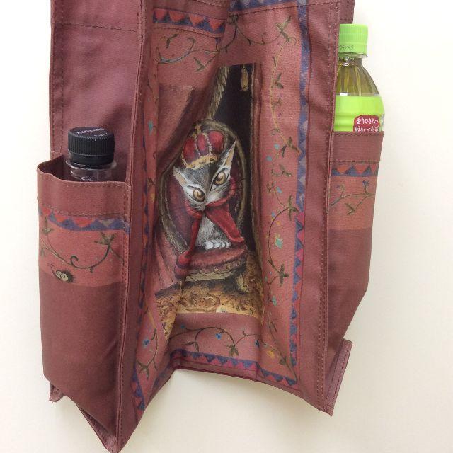ダヤンのラミネート5ポケットバッグの外ポケットにペットボトルを入れた画像