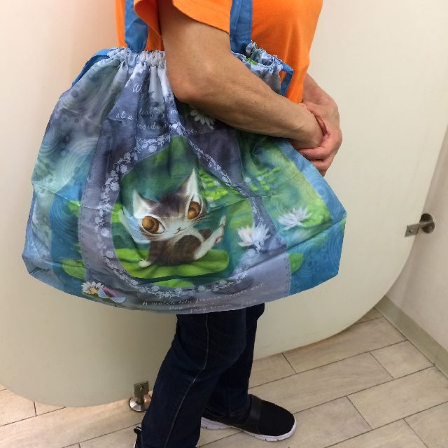ダヤンの睡蓮レインバッグカバーを肩から掛けた画像