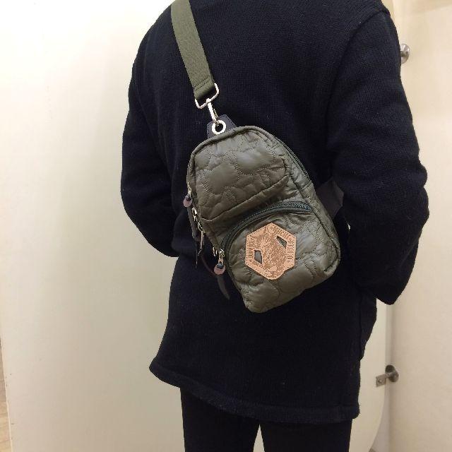 ダヤンワンショルダーバッグを男性が背中に掛けた画像