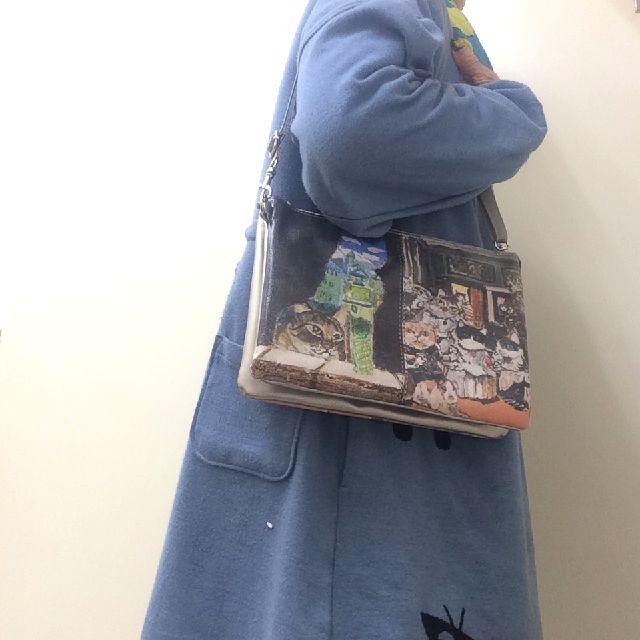 マンハッツタナーズショルダーバッグを肩に掛けた画像