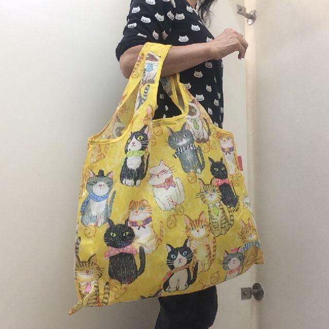 北村ハルコエコバッグ「猫が整列したら」を腕に掛けた画像