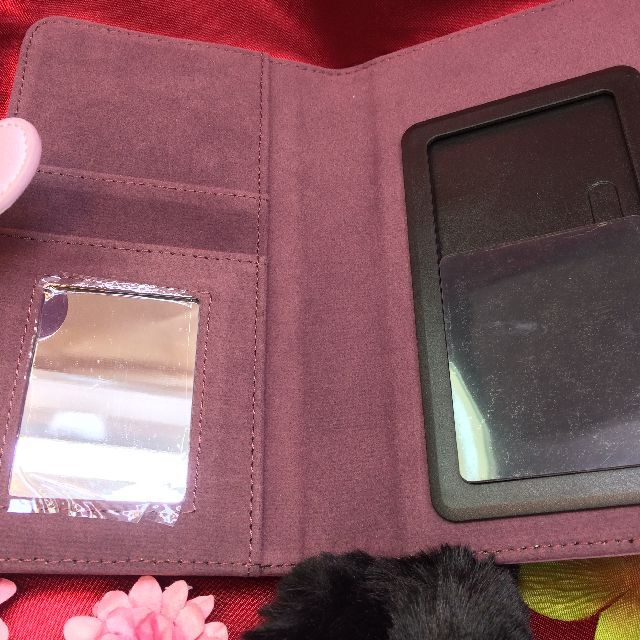 フェリシモ猫部のブック型スマホケース尻尾付きのハチワレ猫柄の内側の画像