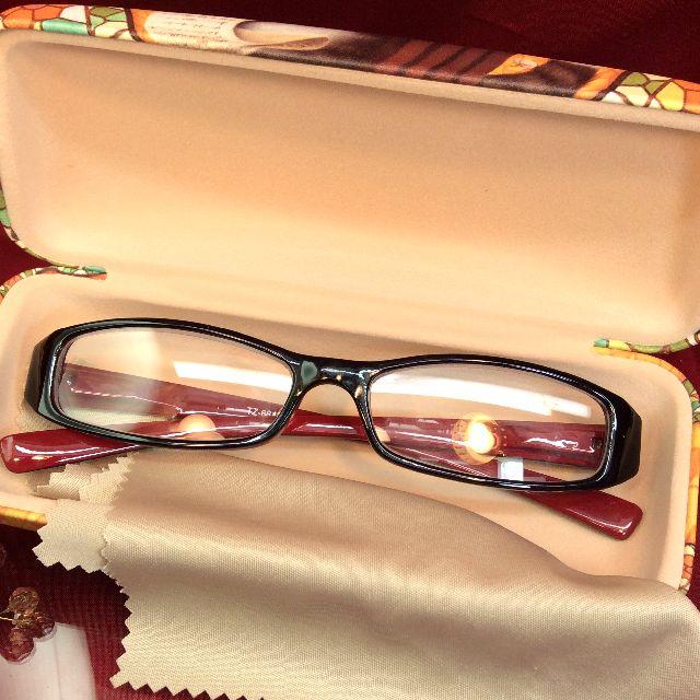 ダヤンのハードタイプのメガネケースの内側とメガネ拭きの画像