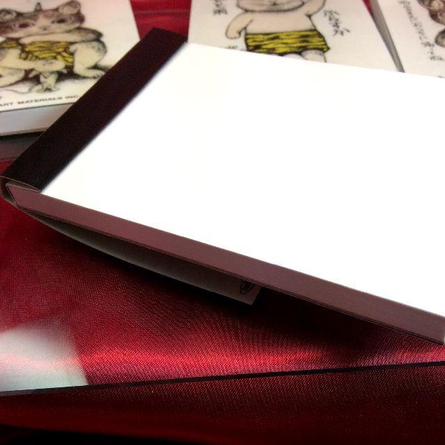 ヒグチユウコさんの猫のメモ帳の表紙を折り畳んだ状態の画像