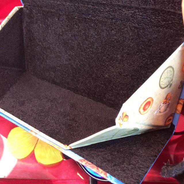 ダヤンの折り畳みメガネケース「ロンドンⅡ」の内側の画像