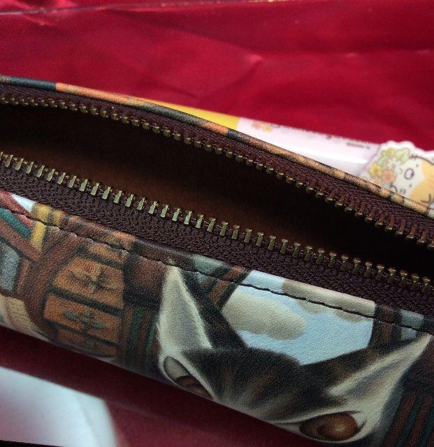 ダヤンの革製ペンケース「理想の図書館」のファスナーを開けた内側の画像