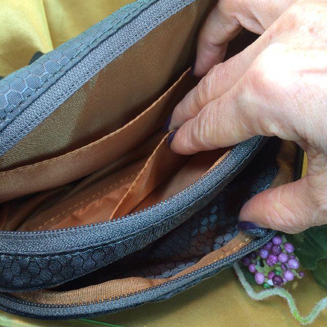 猫のダヤンのアウトドアポーチ「ふりむき」柄のポケットの画像