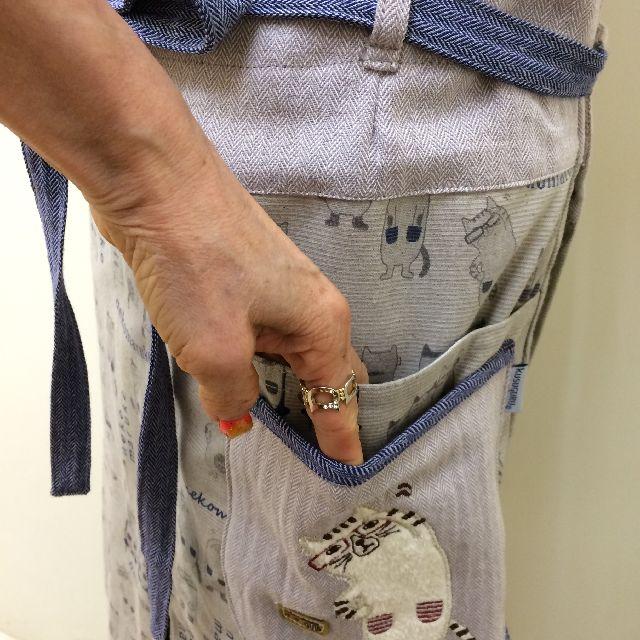 クスグルジャパンのネコまるけサロンエプロンネコザワ柄の左側ポケット画像