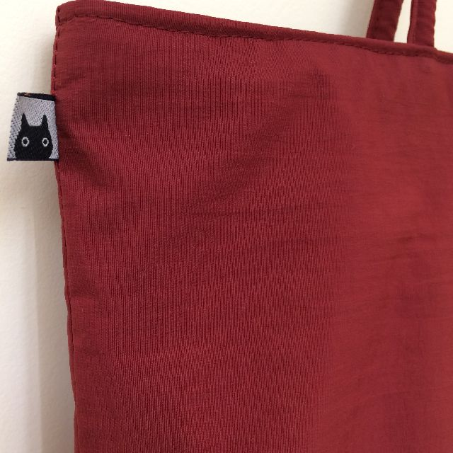 マタノアツコの「黒猫メメ」柄トートバッグのロゴタグ画像