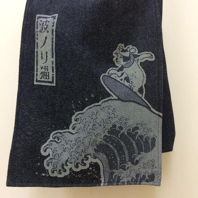 倉敷デニム製ショルダーバッグ「波ノリ猫」柄のオモテ側の絵柄のクローズアップ画像