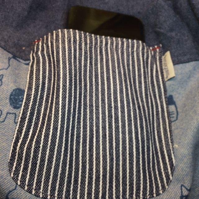 クスグルジャパンの割烹着の後ろポケットにスマホを入れた画像