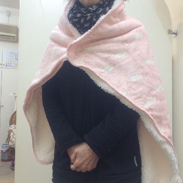 トラ猫柄ピンク色ひざ掛けをポンチョ風に羽織った画像