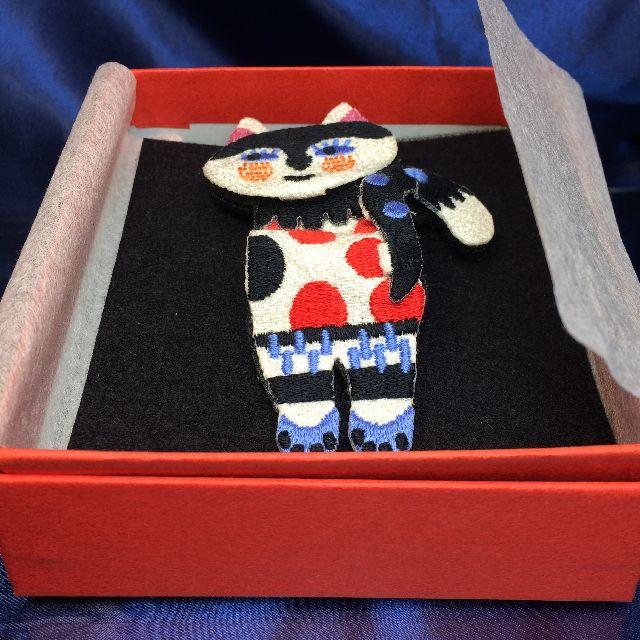 マタノアツコの猫のブローチレッドを箱に入れた画像