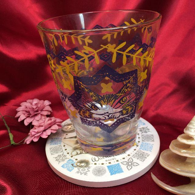 ダヤンの珪藻土コースター「丸猫」の上にグラスを載せた画像