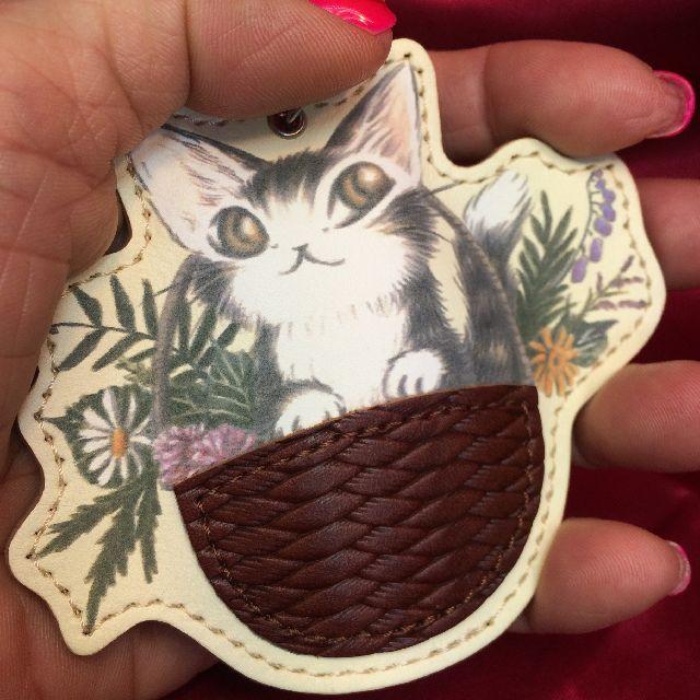 猫のダヤンのキーホルダー「バルトBABY」クリームを掌に載せた画像