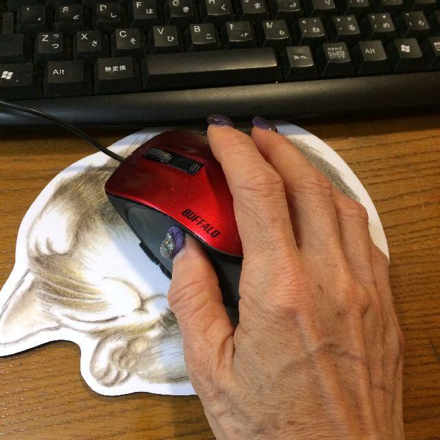 猫のダヤンのマウスパッド「寝返り」柄の上にマウスを置いた画像