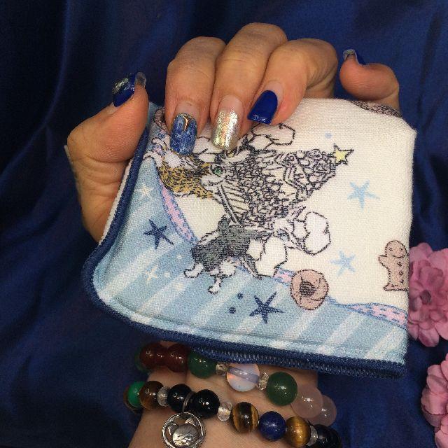 猫のダヤンのプチタオルハンカチ「お菓子」を手の平に載せた画像