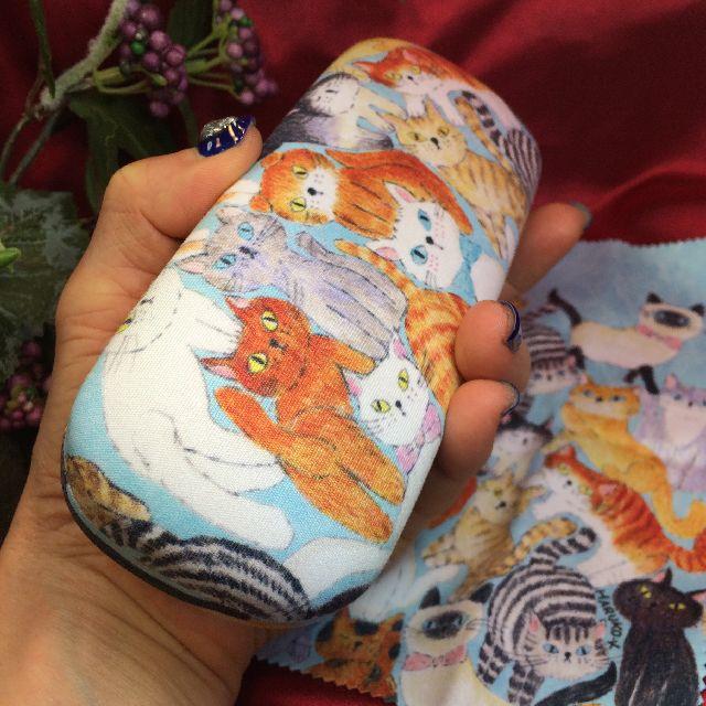 北村ハルコ眼鏡ケース「ねこちゃん、ねこちゃん」柄を、手に載せた画像