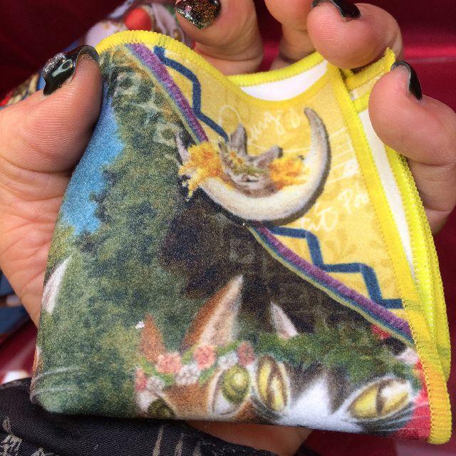 ダヤンのメガネ拭き「夏至祭り」を手の平に載せた画像