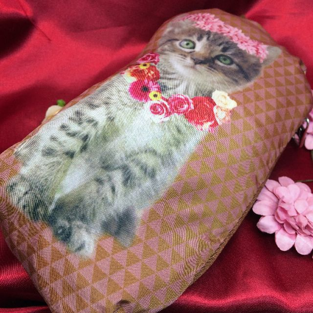 ルートートの柔らかい生地トートバッグ形トラ猫エコバッグを脇ポケット部分に収納した表側の画像