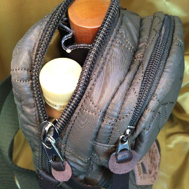 ダヤンのワンショルダーバッグにペットボトルと折り畳み傘を入れた画像
