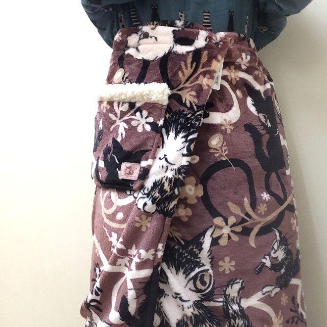 ダヤンの腰巻ブランケットをスカートの様に腰に巻いて立っている画像