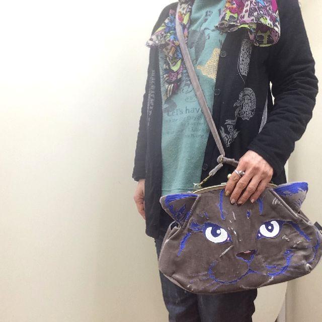 ルートート猫刺繡がま口バッグをショルダーバッグとして持った画像