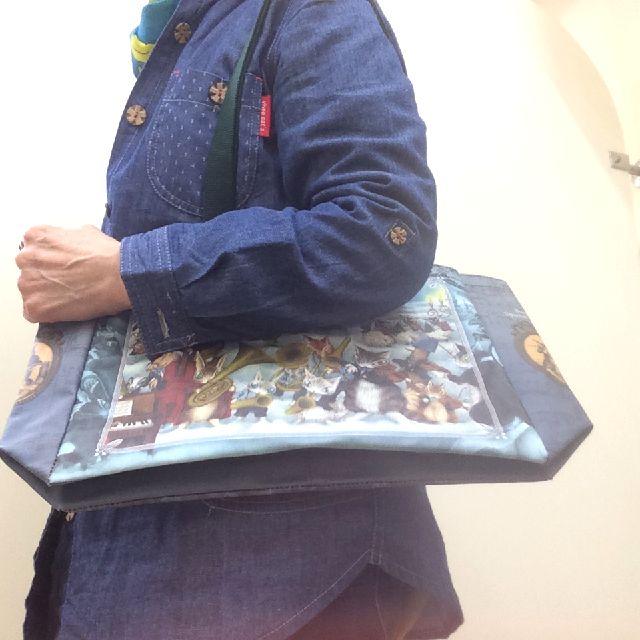 ダヤンのラミネートトートバッグ音楽会を肩から掛けた画像