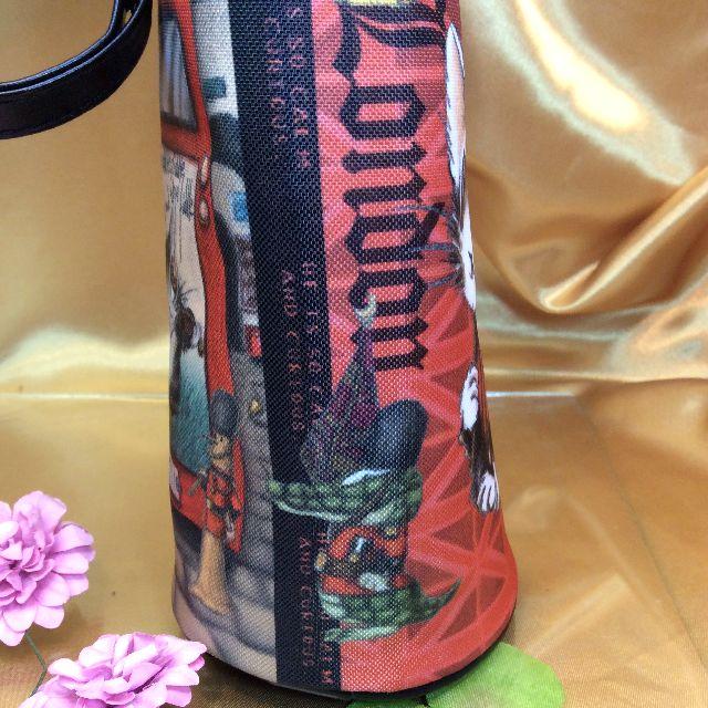 ダヤンのボトルホルダーの脇のワニの絵柄の部分のクローズアップ画像