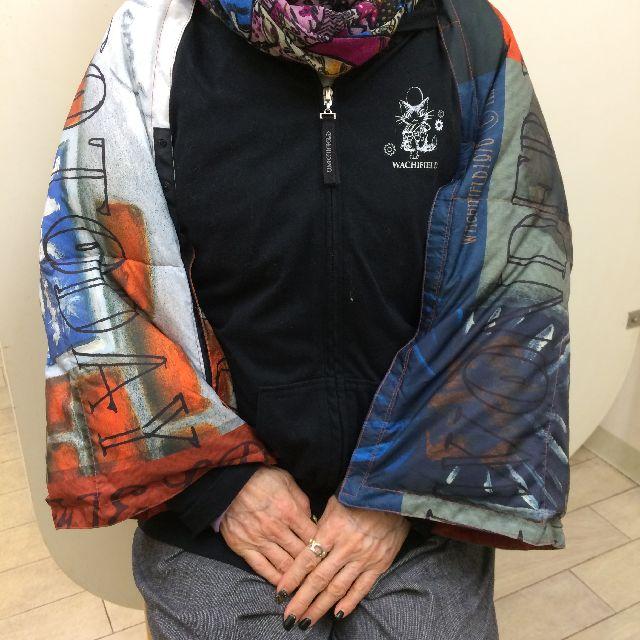ダヤンの3WAYダウンケット「タシルの赤レンガ」のスナップボタンを留めて短い上着の様に着た前面画像