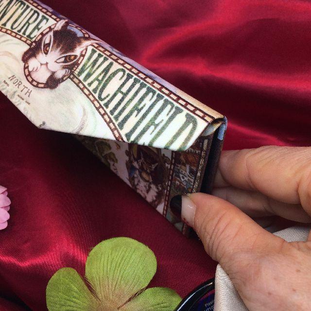 ダヤンの折り畳みメガネケース「冒険地図」を畳んだ時の厚さの画像