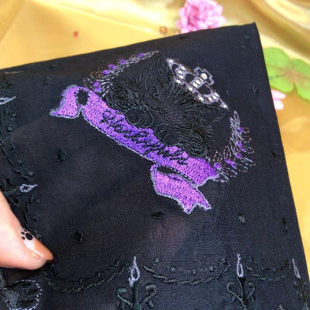 ダヤンの薄手刺繍ハンカチの内側に手を入れて透け感を写した画像