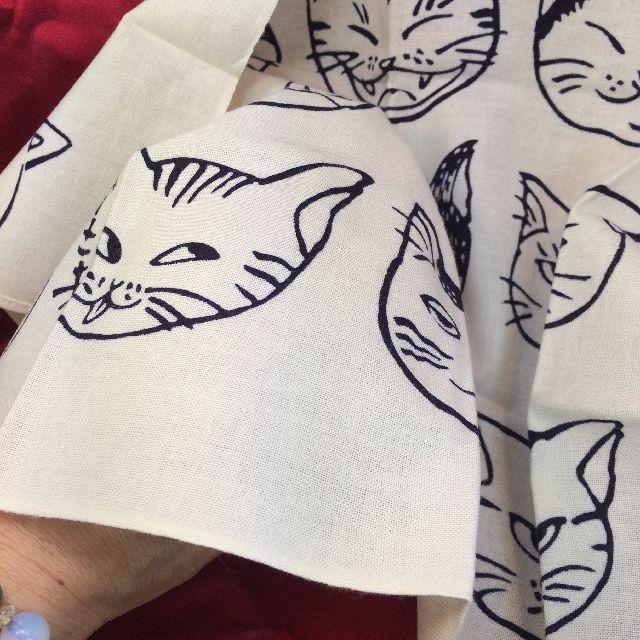「こじましん」手ぬぐいハンカチ「猫いっぱい」の透け感の画像