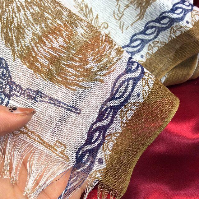 ダヤンの麻綿ストールの内側に手を入れて透け感を写した画像