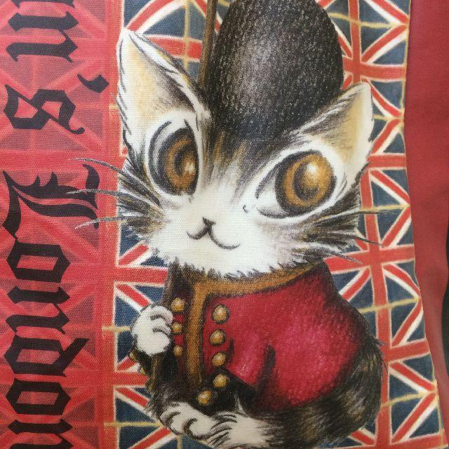 猫のダヤンのレッスンバッグ・ラミネート製「ロンドンⅡ」柄のオモテ面のクローズアップ画像