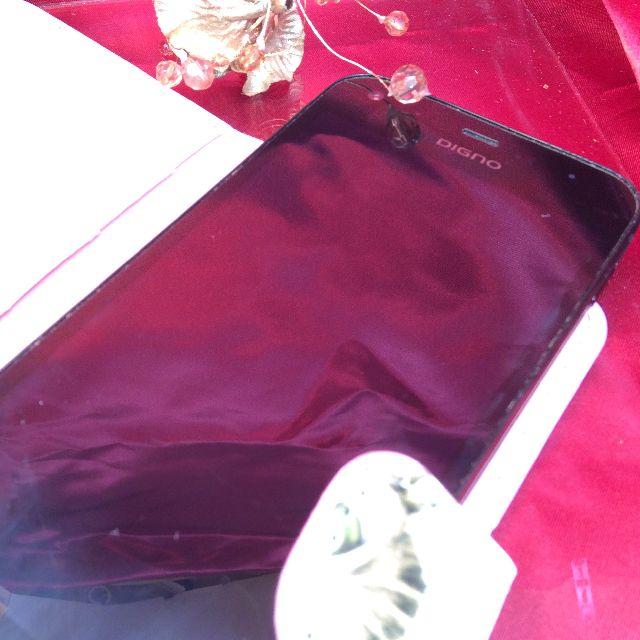 ダヤンのスマホケースの粘着板にスマホを貼って上にスライドさせた状態の画像