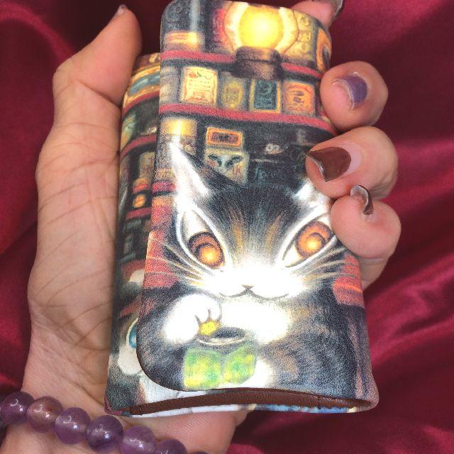 猫のダヤンの本牛革キーケース「グロッサリー」柄を手に持った画像