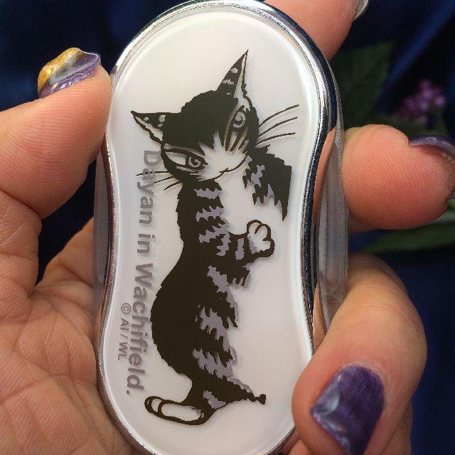 猫のダヤンのライトルーペ「ポーズ」柄を手に持った画像