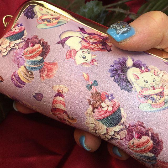 ディズニーキャラクター子猫のマリーちゃんのポーチを手に持った画像