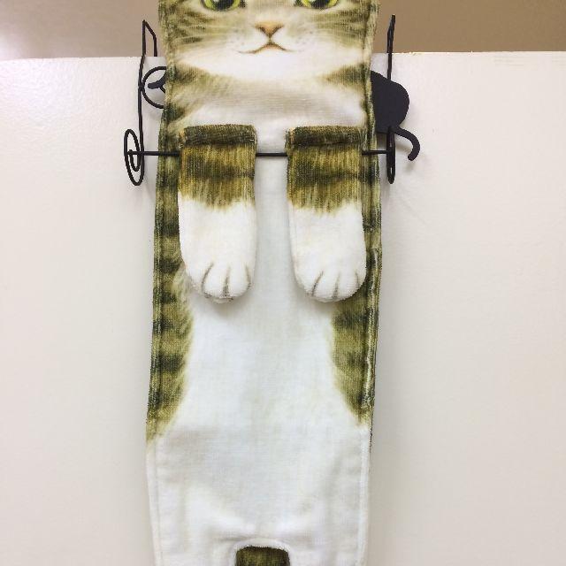 フェリシモ猫部のキジトラ猫の長いタオルをタオル掛けに掛けた画像