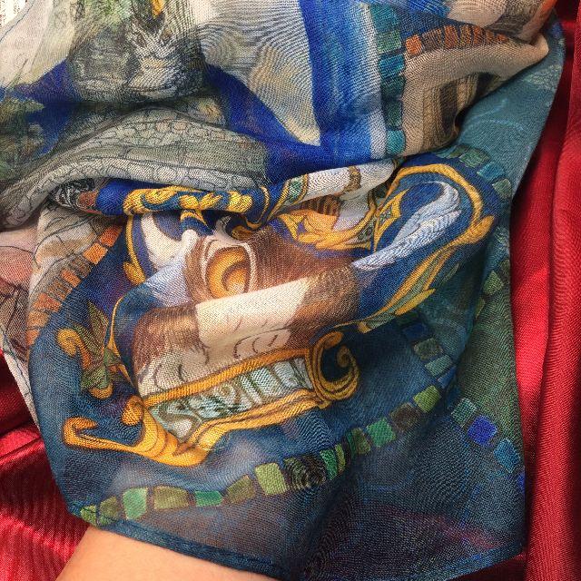 ダヤンのUVアートストール「セビージャ」の下に手を入れた画像