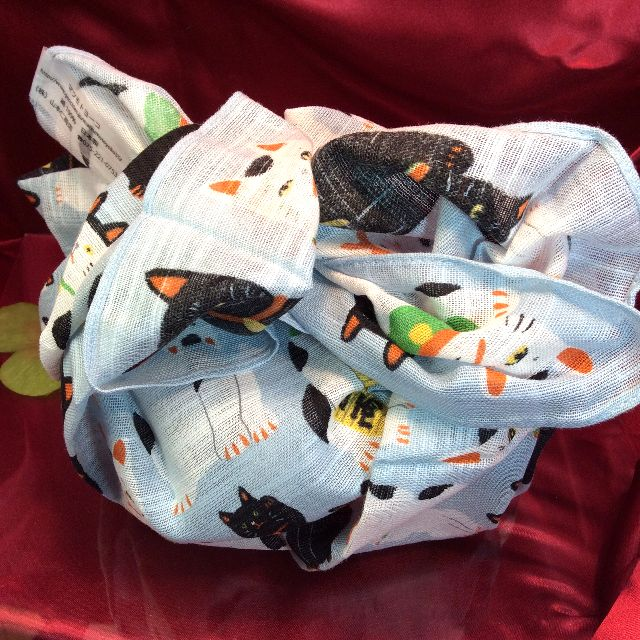 マツモトヨーコ先生のLサイズ招き猫ハンカチをお弁当包みとして使った画像