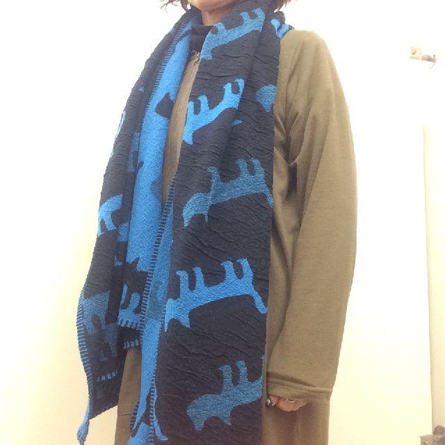 マタノアツコのウール混ショールを首に掛けた画像